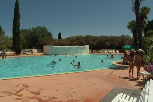 La piscine du camping La petite Camargue à Aigues-Mortes dans le Gard - archives - 2015
