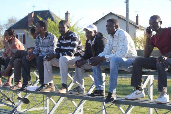 Des demandeurs d'asile du centre d'accueil de Pouilly-en-Auxois assistent à la séance d'entraînement de l'équipe de football à laquelle certains migrants participent, mercredi 20 avril 2015.