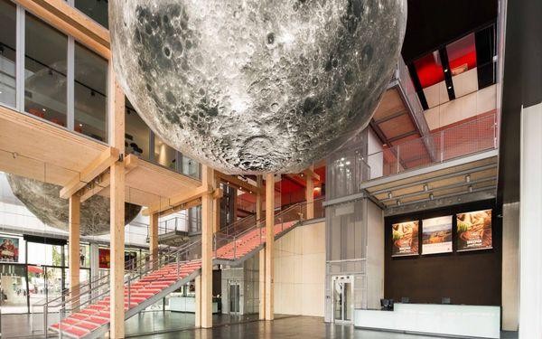 Cette lune géante gonflable et lumineuse, référence au Voyage dans la lune de Méliès, a été réalisée par l'artiste Hans Walter Müller. Hall du cinéma Le Méliès à Montreuil (93)