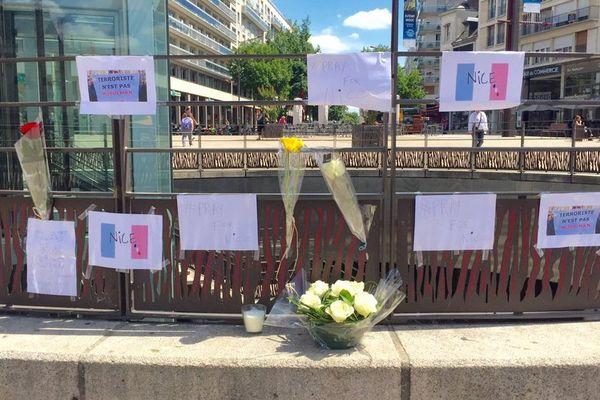 Petit mémorial, place de la République au Mans