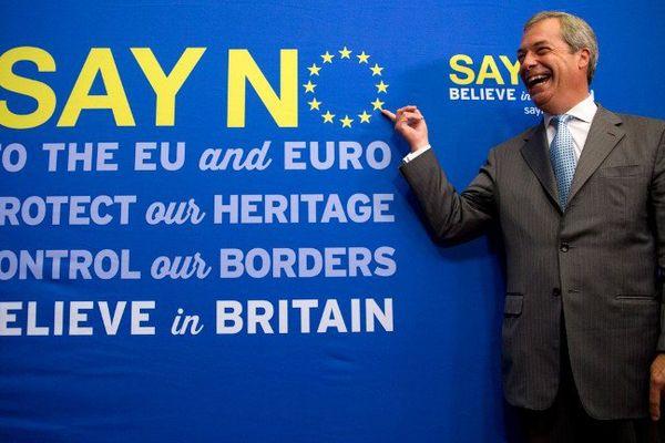 Nigel Farage, leader de l'Ukip, parti indépendantiste britannique, pose devant un panneau pour la sortie de l'Europe, le 30 juillet 2015.