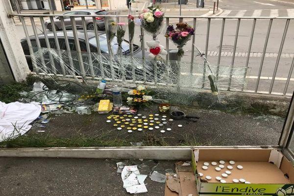 Fleurs, bougies, offrandes : un autel improvisé par des anonymes en hommage à une SDF écrasée sur un parking de supermarché à Castelnau-le-Lez