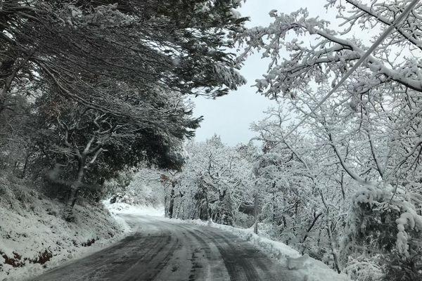 Les routes déjà fragilisées sont verglacées.
