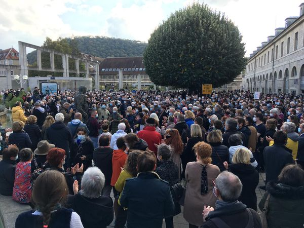 La foule bisontine rend hommage à l'enseignant décapité à Conflans-Sainte-Honorine.