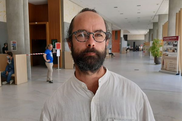Cédric Herrou, le 8 juillet 2020, au palais de justice de Grasse avant l'audience.