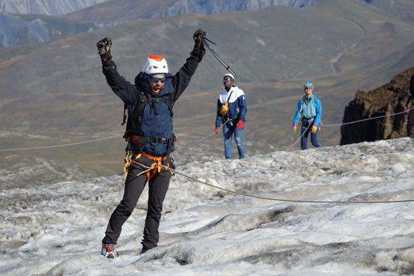 L'un des stagiaires crie son bonheur d'être parvenu au sommet