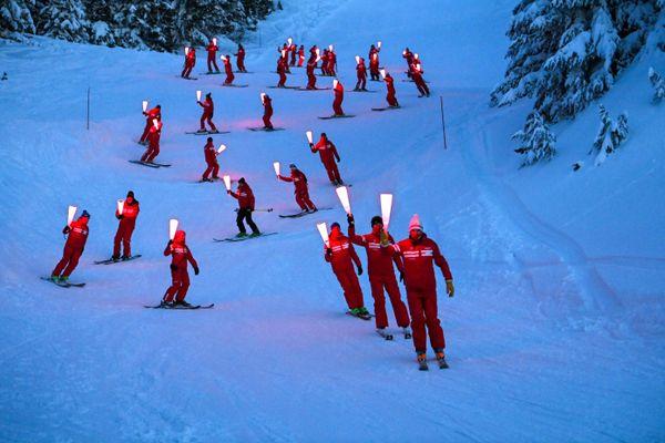 Des moniteurs de ski ont fait une descente aux flambeaux samedi 16 janvier sur les pistes de Chamrousse (Isère) pour dénoncer la fermeture des remontées mécaniques.