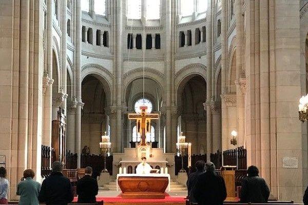Dans cette église, la messe est célébrée devant 9 fidèles.