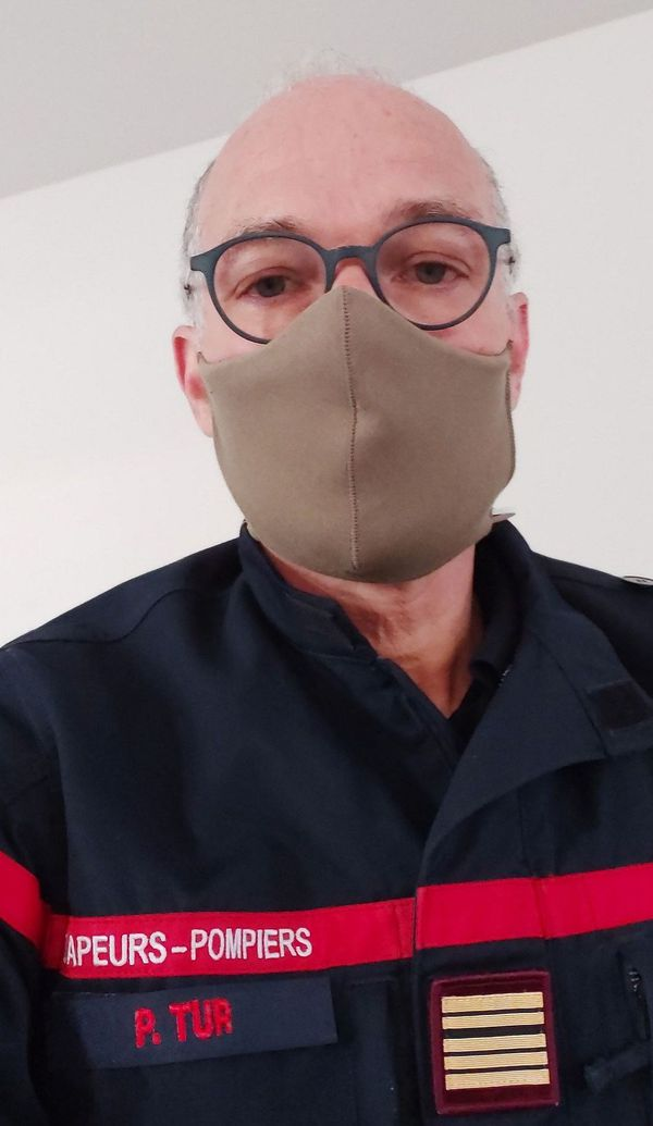 Le colonel Tur, médecin chef des pompiers de l'Hérault porte un masque en tissu : un prototype anti auto-contamination au coronavirus.