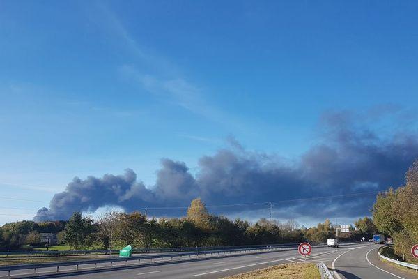 La colonne de fumée de l'incendie de Meuzac, depuis Masseret en Corrèze.