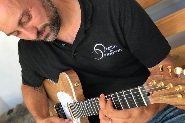 Thomas Vallaude est luthier autodidacte aux Martres d'arrière dans le Puy-de-Dôme. Une passion qui lui prend beaucoup de son temps. Pour réaliser sa première guitare, Thomas a travaillé huit cents heures.