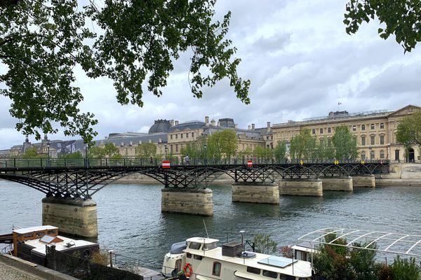 Le pont des Arts, avec en arrière-plan le musée du Louvre, à Paris. @Elie SAIKALI / France 3 Paris Île-de-France