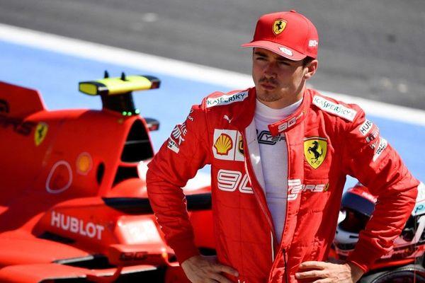 Charles Leclerc en pleine réflexion après sa séance d'essais ce samedi sur le circuit du Castellet.