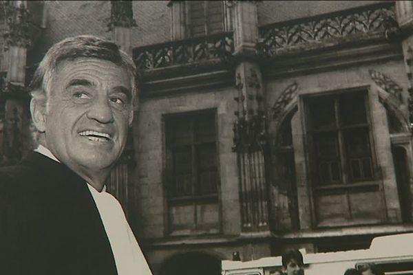 Jean-Paul Belmondo devant le palais de justice de Rouen (Seine-Maritime), une des photos présentées dans l'exposition à la médiathèque de Petit-Couronne.
