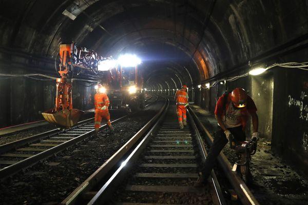 Des ouvriers de la RATP travaillent à la station Auber (RER A), à Paris, en juillet 2016.