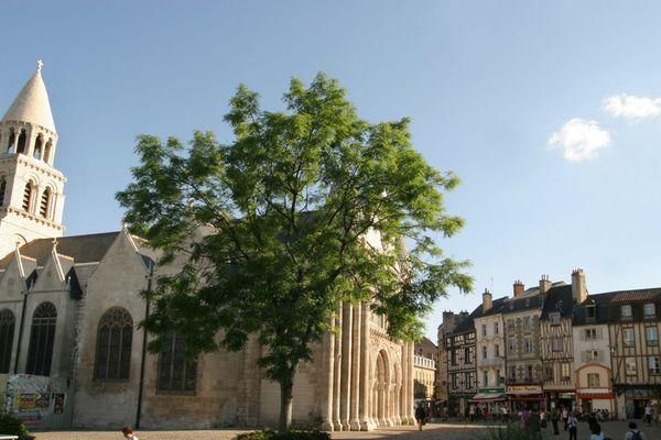 La place Notre-Dame à Poitiers est celle du marché, de l'église, des terrasses de café, mais aussi celle où se rassemblent les marginaux (Archives)