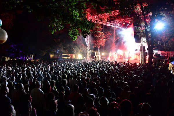 L'une des deux scènes du festival de Néoules en plein cœur du site de la Bastide sous les chênes.