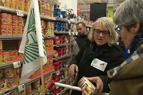 Des boites de conserve à la viande fraîche, des agriculteurs de la FDSEA contrôlent un hypermarché de Carcassonne