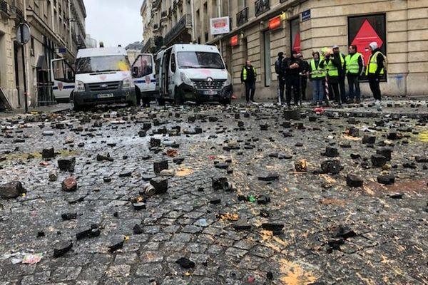 Une rue adjacente des Champs-Elysées, le 1er décembre, jour de manifestation des gilets jaunes à Paris.