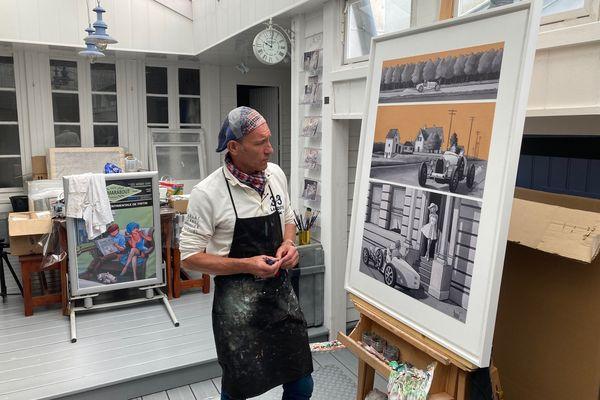 Le peintre Xavier Marabout devant ses toiles humoristiques, mêlant des références à l'univers de Tintin et du peintre américain Edward Hopper