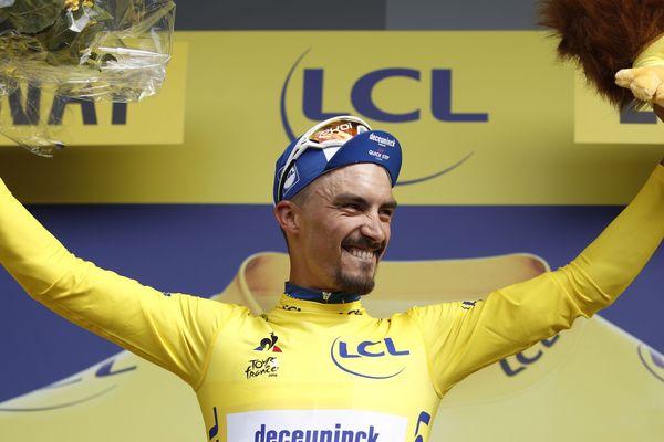 Julian Alaphilippe porte pour la première fois de sa carrière le maillot jaune.