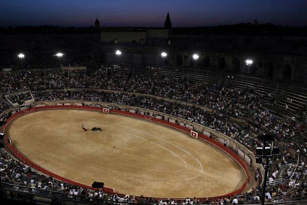 Nîmes - les arènes et la feria - archives.
