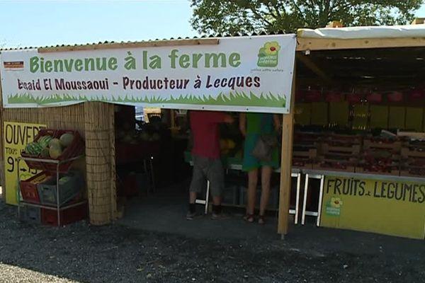 Essaid el Moussaoui, producteur de melons jaune a fait le choix de vendre ses fruits et légumes en bord de route - 20 juillet 2017