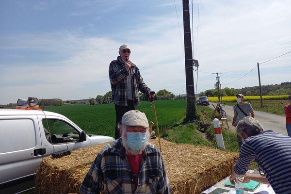 Il y a quatre jours, Eugène Riguidel arrêtait sa grève de la faim après avoir obtenu gain de cause contre une installation d'antenne à Landaul. Ca samedi 24 avril, il manifestait contre une autre antenne. Cette fois à Pluvigner.