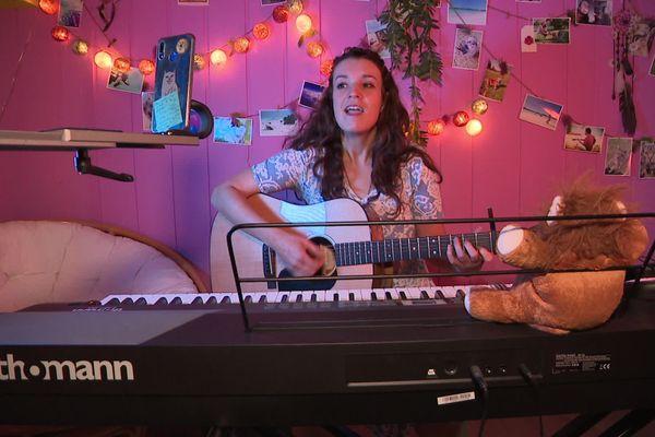 Pauline Silvant chante tous les soirs à 18H45 en live sur les réseaux sociaux.