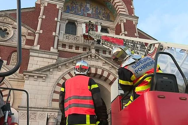 Intervention des pompiers pour un exercice à la basilique Notre-Dame de Brebières à Albert le 26 avril 2019