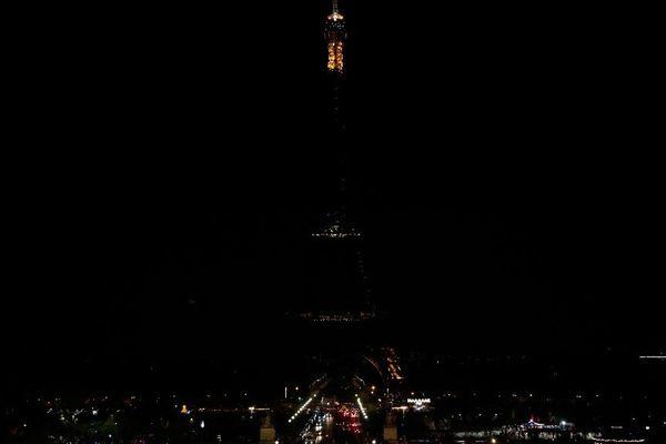 La Tour Eiffel sera éteinte à partir de 21 heure en hommage à Jacques Chirac.