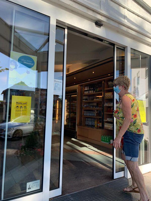 Sylvia va chercher son pain, équipée d'un masque (obligatoire dans tous les magasins du Bade-Wurtemberg), à Kehl, le 25 juin 2020