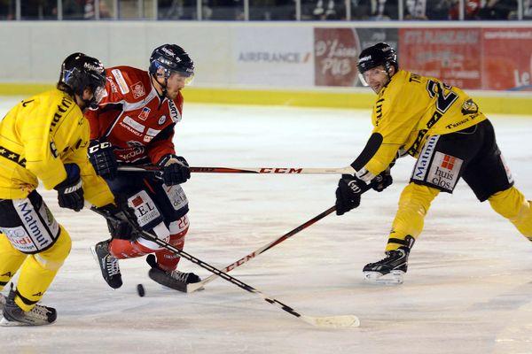 Les Ducs d'Angers face aux Dragons de Rouen , lors du 5ème match de finale de la Coupe Magnus