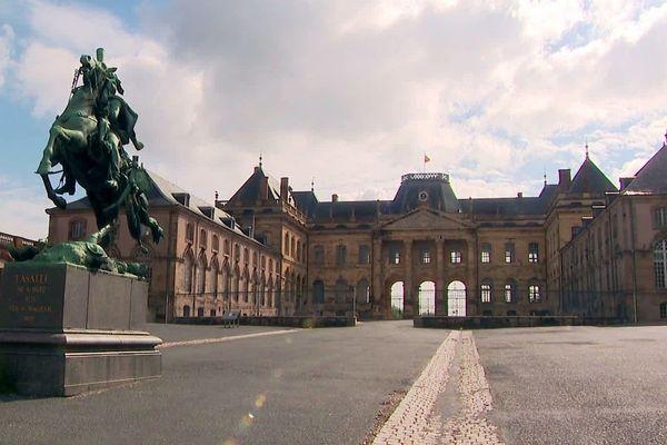 Le Château de Lunéville ouvre partiellement son site. Depuis le 25 mai, seule la cour des communs est accessible. Le corps principal du Château et le parc des Bosquets demeurent fermés.