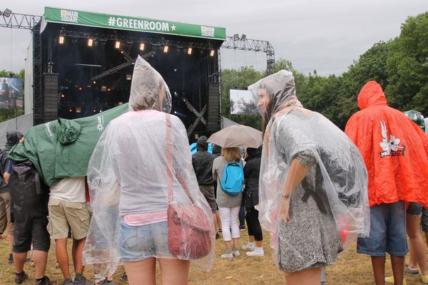 Les vêtements de pluie sont de sortie pour ce dernier jour du Main Square.