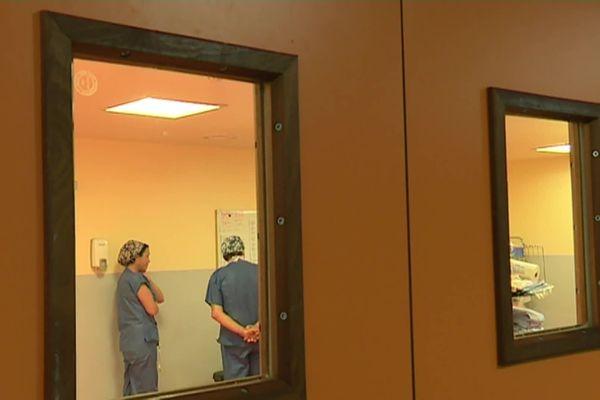 Les salles d'opération sont réservées aux opérations urgentes.