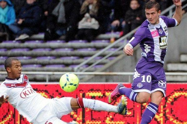 Le défenseur de Bordeaux (à gauche) s'est blessé lors du derby de la Garonne à Toulouse