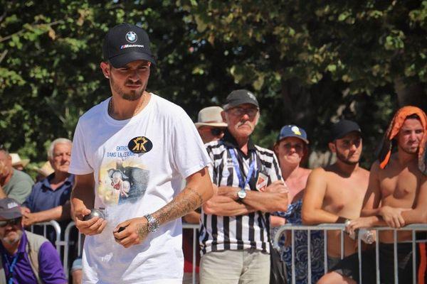 Quart de finale du Mondial La Marseillaise à pétanque, Mickael Bonetto concentré sur la partie.