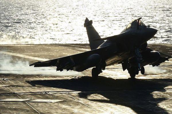 La France avait initialement prévu de dépêcher son porte-avions dans le Golfe mais a décidé d'accélérer son engagement après les attentats de Paris en l'envoyant en Méditerranée orientale, plus près du théâtre syrien.