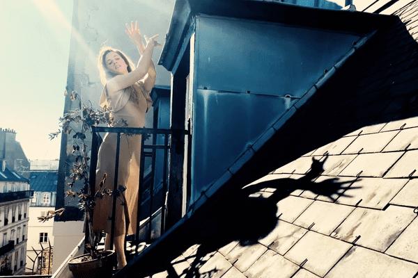 Jeanne Morel danse sous les toits de Paris pendant le confinement
