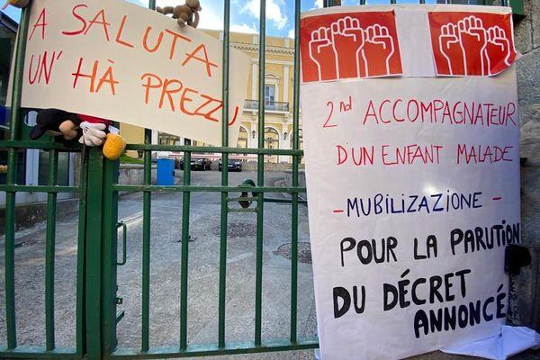 Plus d'une centaine de manifestants se sont rendus devant la préfecture de Corse, ce mercredi 5 mai, en soutien à l'association Inseme.