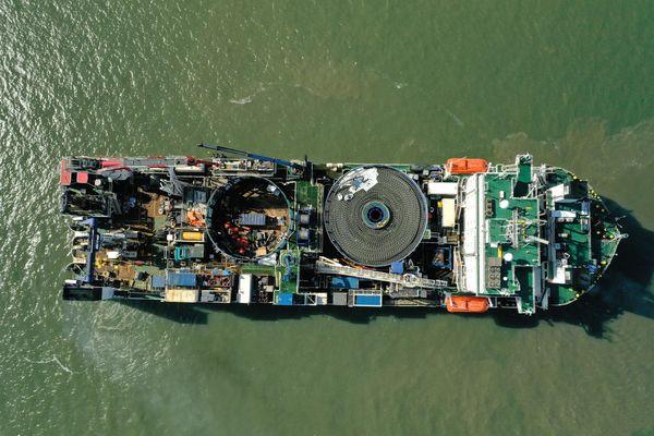 Le navire câblier transportant le câble de 33 kms est arrivé dimanche 2 août à Saint-Nazaire.
