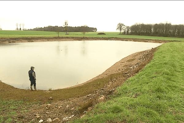 A Mauron (56), Jean-René Menier, agriculteur,  possède 3 réserves comme celle-ci pouvant recueillir jusqu'à 80 000 m3 d'eau.
