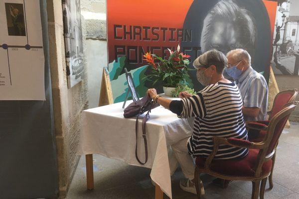 Les Romarimontains devant le livre d'or à la mémoire de Christian Poncelet