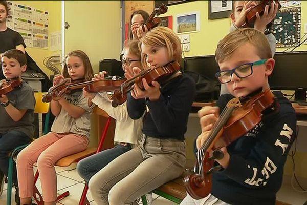 Les classes de CE2, CM1 et CM2 participent à cette classe orchestre.