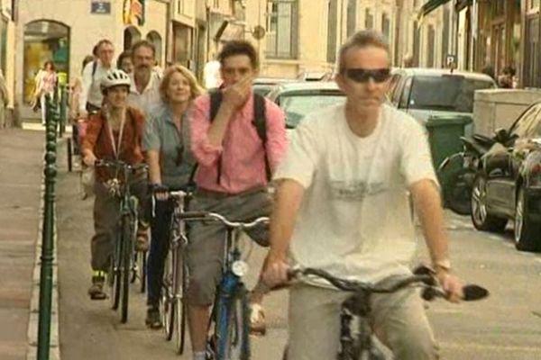 Sortie de cyclistes dans une rue de Limoges à l'occasion de la journée sans voiture