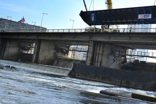 Le barrage de Vichy régule le cours de l'Allier et son débit de 93 mètres cubes par seconde : une centrale hydroélectrique de 3,45 MW va donc être construite pour tirer profit de cette force de la nature.