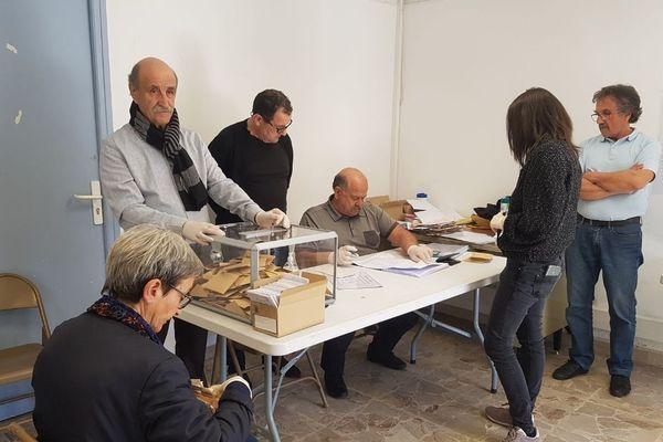 À Calacuccia, le taux de participation s'élève à 60 % à la mi-journée.