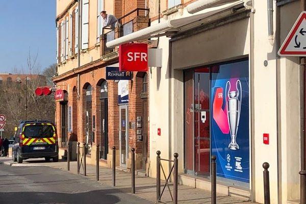 Trois jeunes hommes seraient recherchés après le braquage d'une boutique SFR à Muret