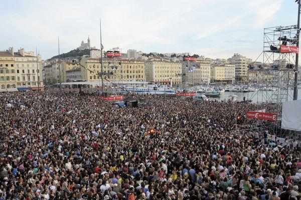 Plusieurs centaines de personnes assistent à la fête de la musique en 2013 sur le Vieux-port de Marseille